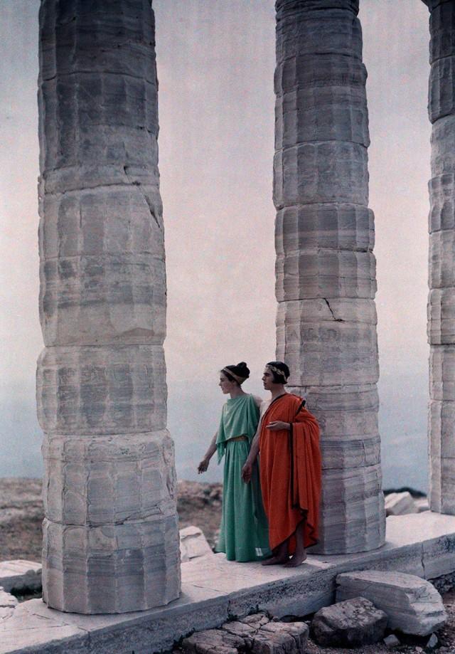 Танцоры у колонн храма Посейдона, Греция, 1930. Фотограф Мейнард Оуэн Уильямс