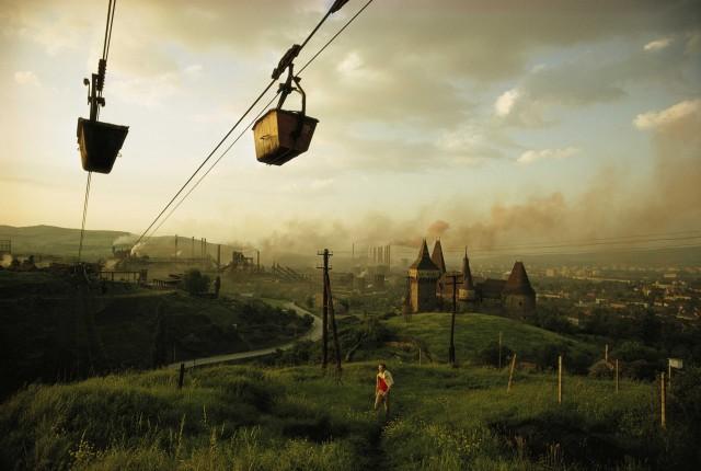 Транспортировка железной руды на металлургический комбинат, Хунедоара, Румыния, 1975. Фотограф Уинфилд Паркс