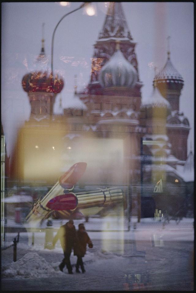 Храм Василия Блаженного на Красной площади сквозь витрину магазина. Фотограф Джоди Кобб