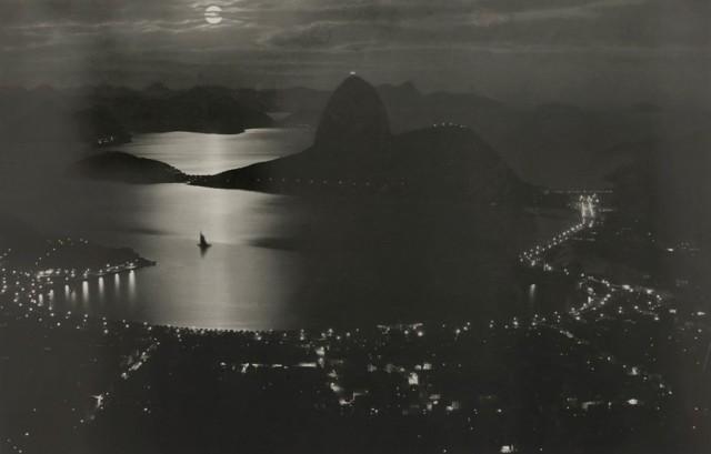 Залив Ботафого и Рио-де-Жанейро ночью, сентябрь 1920 года. Фотография Карлоса Биппуса.