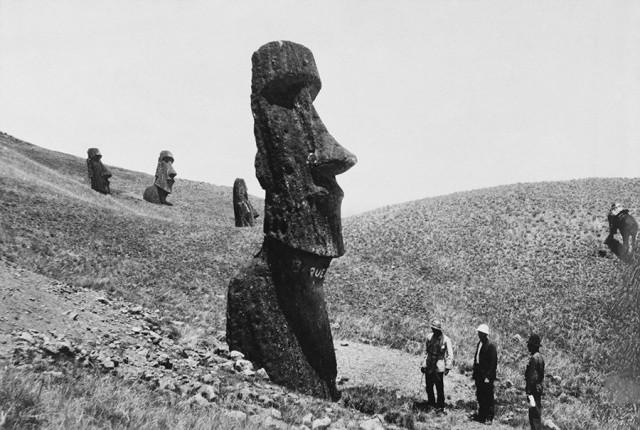 Посетители рассматривают гигантские статуи острова Пасхи, 1922. Фотограф Дж. П. Олт