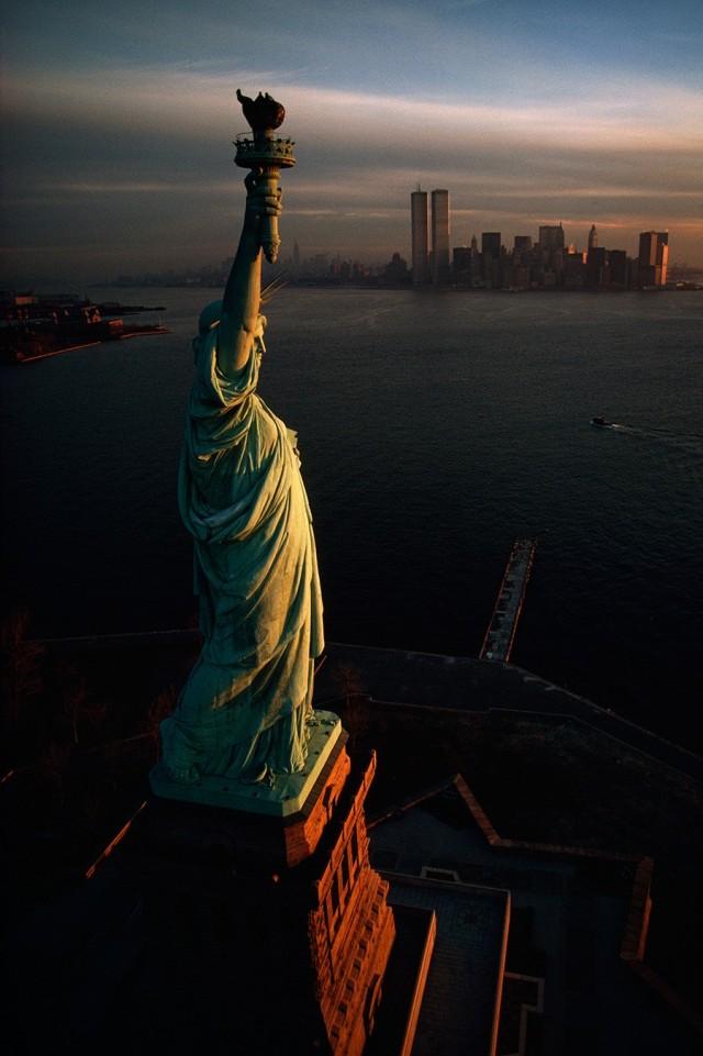 Статуя Свободы встречает рассвет над Нью-Йоркской бухтой, 1978. Фотограф Дэвид Алан Харви