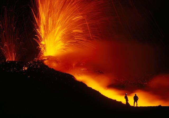 Учёные рядом с извергающимся вулканом Этна, Италия. Фотограф Карстен Питер