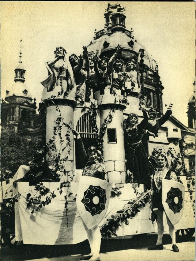 Праздничное уличное шествие. Из фотокниги «Берлин», 1930-е. Автор Пьер Мак-Орлан