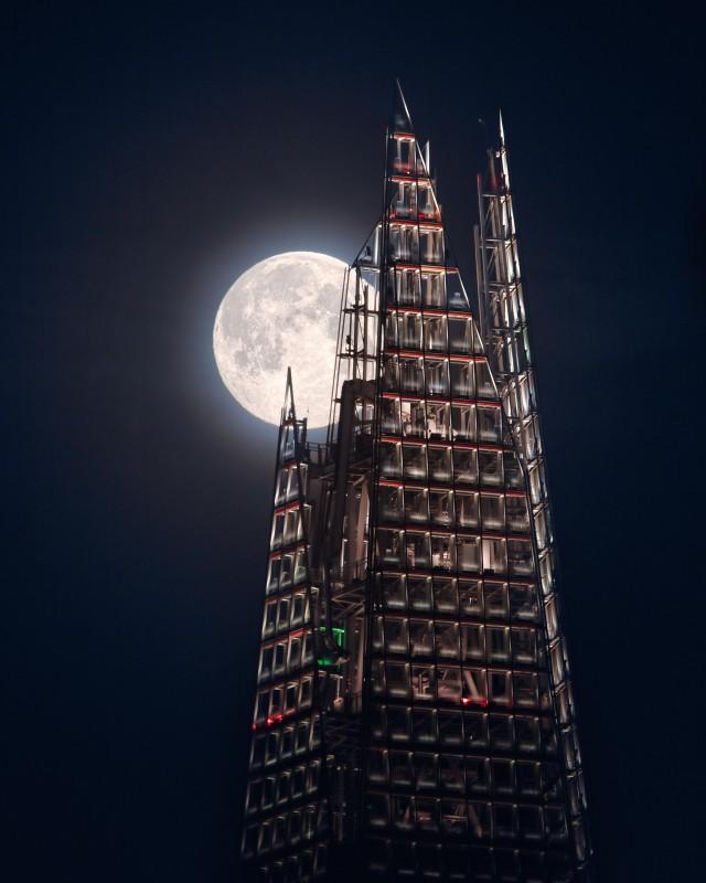 Луна и небоскрёб «Осколок». Саутуарк, Лондон, Великобритания. Автор Мэтью Браун