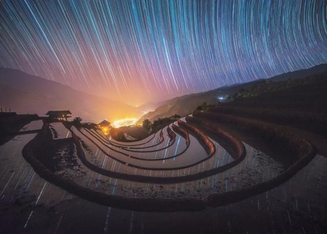 Отражение звёзд в затопленных дождями террасных рисовых полях Вьетнама. Автор Нгуен Хоанг Линь