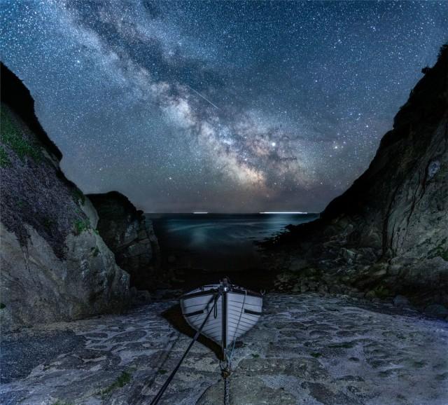 Млечный Путь и метеор. Портгварра, Корнуолл. Автор Дженнифер Роджерс
