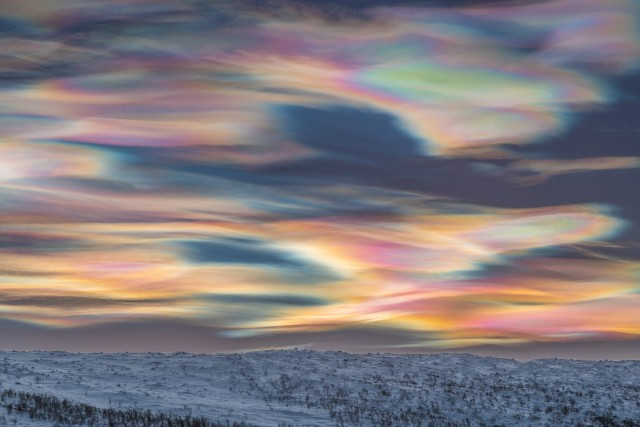 «Разрисованное небо». Перламутровые облака в Килписъярви, Энонтекиё, Финляндия. Автор Томас Каст