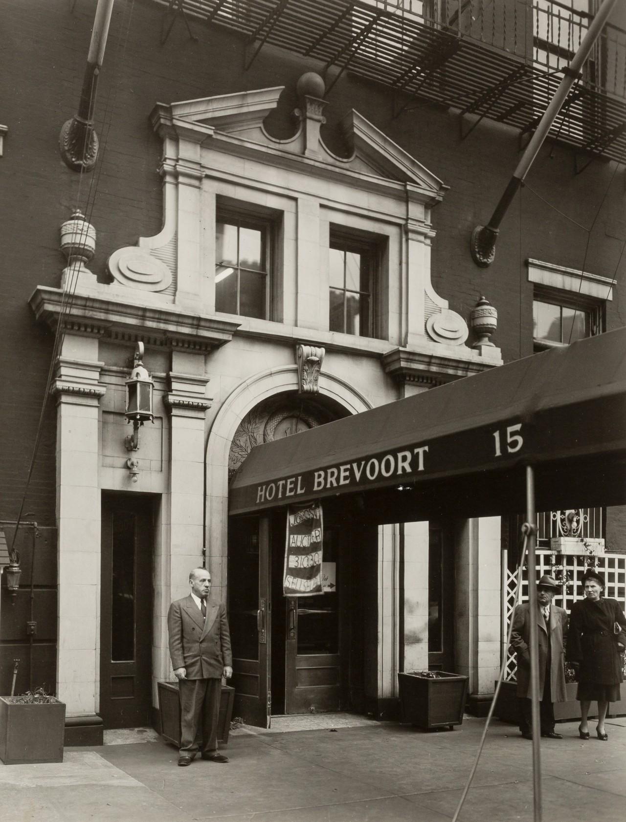 Отель Бреворт на 8-й улице, 24 октября 1935. Автор Беренис Эббот