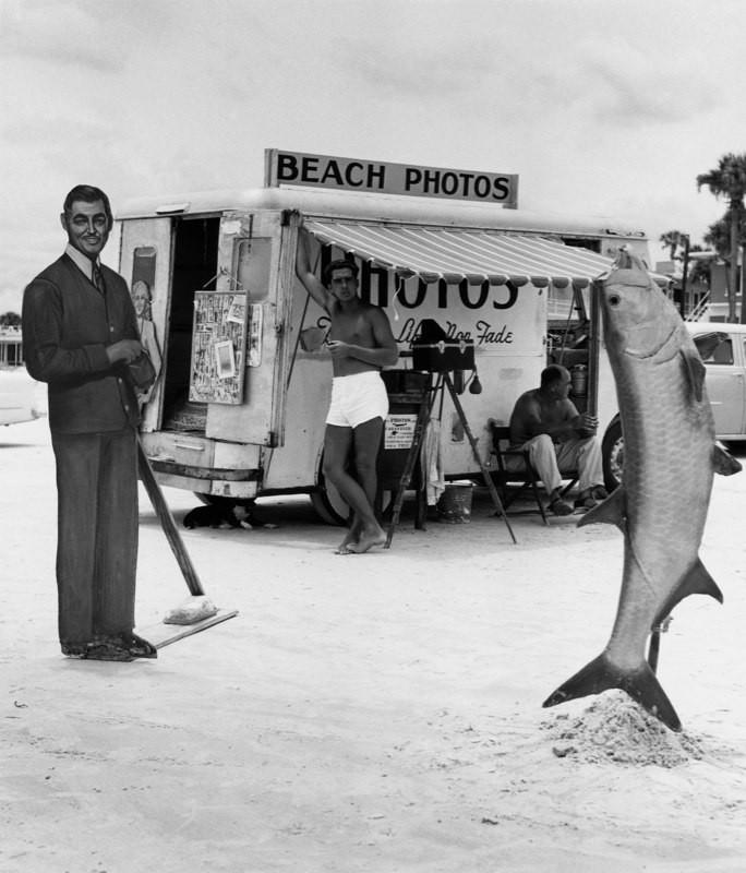 Пляжные фотозоны с рыбой и Кларком Гейблом, Дэйтона-бич, Флорида, 1954. Автор Беренис Эббот