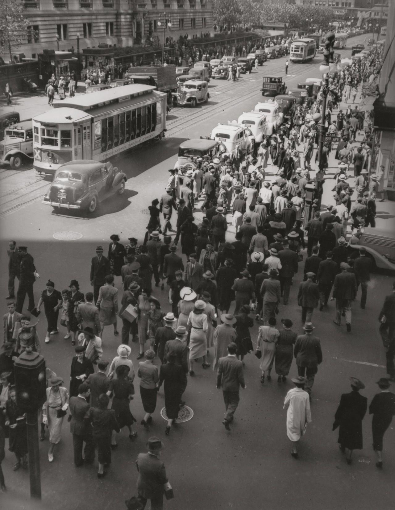 Ритм Сити II, Пятая авеню, 13 мая 1938. Автор Беренис Эббот