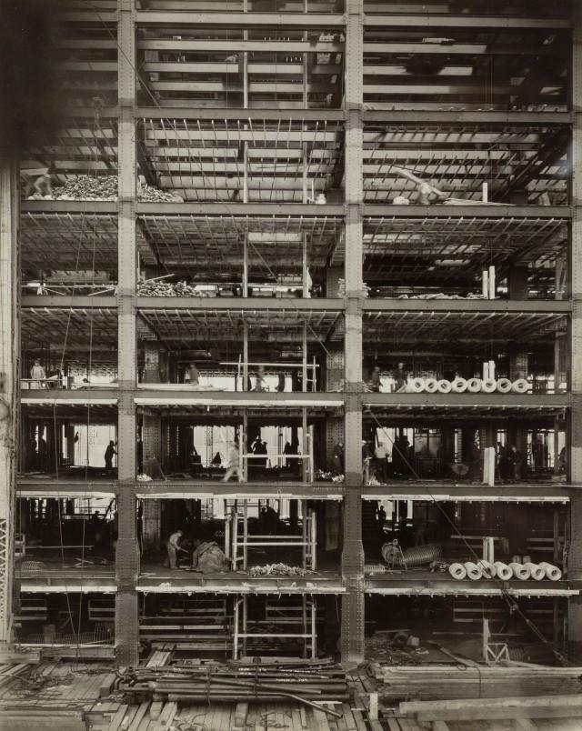 Рокфеллер-центр идет вверх, 1932. Автор Беренис Эббот