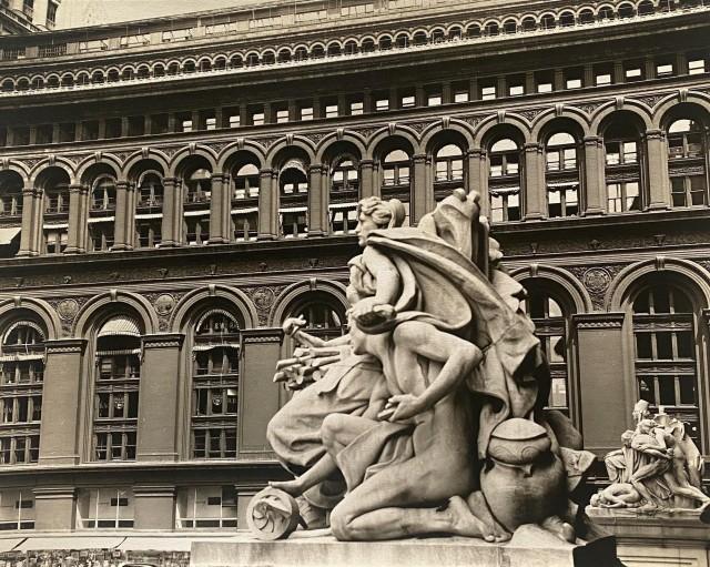 Статуи у Таможни и здание Биржи, Боулинг-Грин, Манхэттен, 23 июля 1936. Автор Беренис Эббот