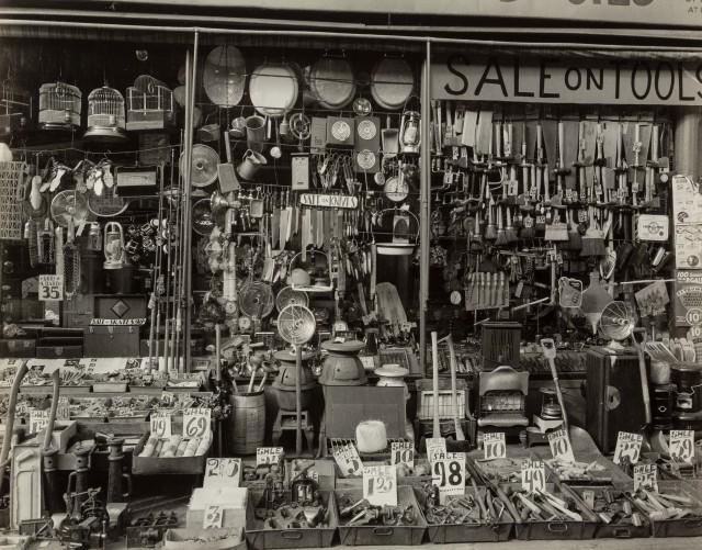 Строительный магазин на Бликер-стрит, 26 января 1938. Автор Беренис Эббот