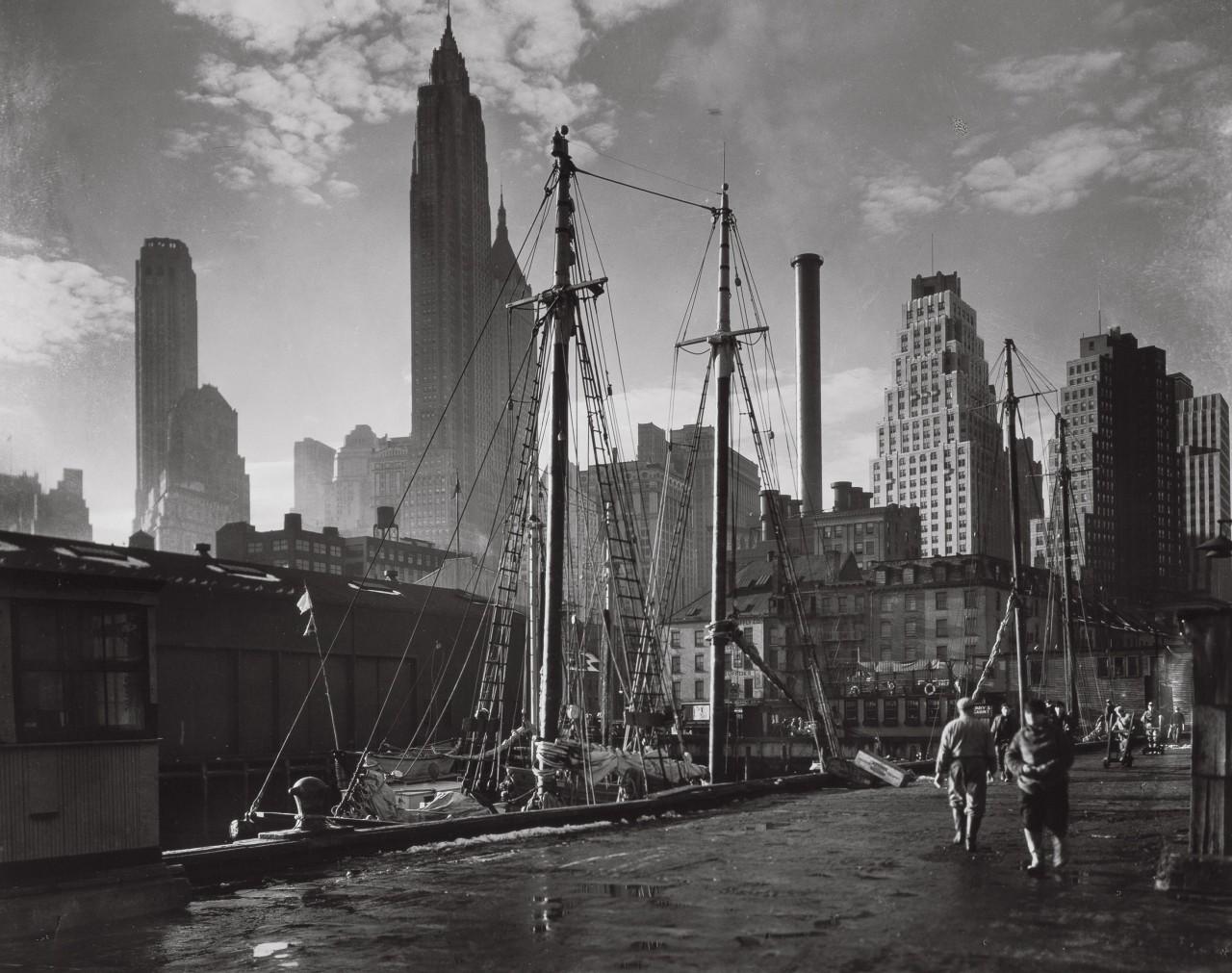 Фултон-стрит, Манхэттенский пейзаж с 17-го пирса, 26 ноября 1935. Автор Беренис Эббот