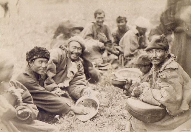 Алтайские калмыки, пирующие на свадьбе сородича. Алтайский край, конец XIX – начало XX вв.