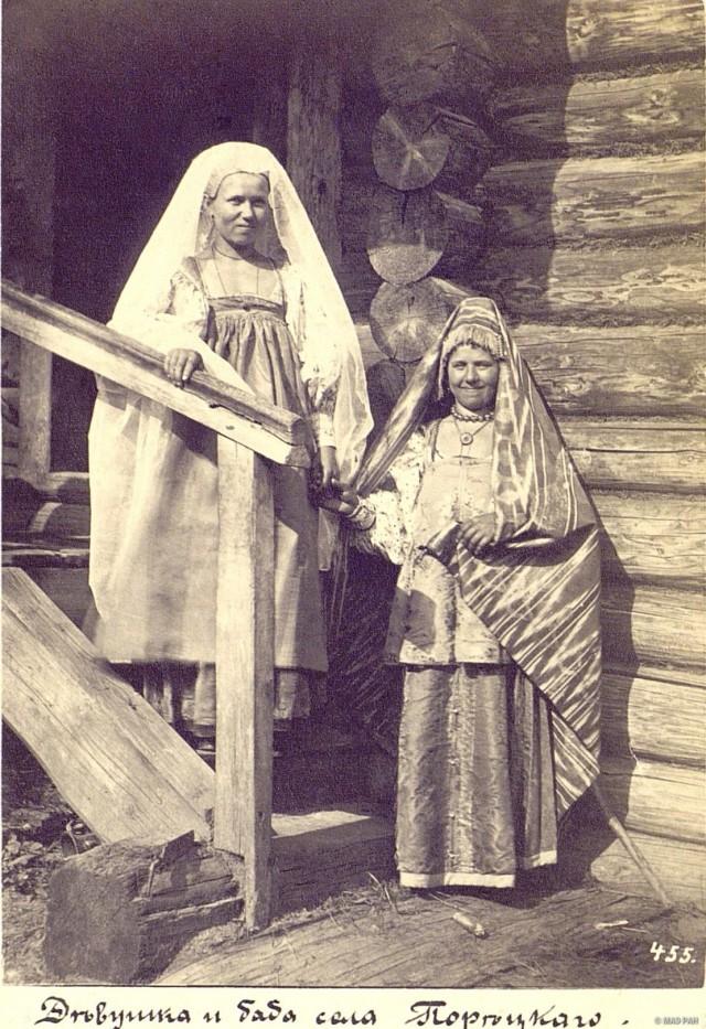 Девушка и замужняя женщина в праздничных костюмах. Чувашия, с. Порецкое, 1870-е. Автор В. А. Каррик