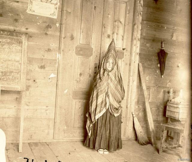 Девушка из семейства Химшиашвили в костюме невесты. Аджарцы, Грузия, Хулойский муниципалитет, 1929. Автор Е. М. Шиллинг