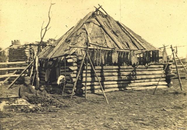 Жилище оседлых юкагиров. Якутия (Саха), конец XIX в. Автор В. И. Иохельсон