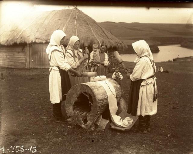 Крестьянки за лощением холста. Чуваши, Чувашия, 1928. Автор А. А. Ходосов