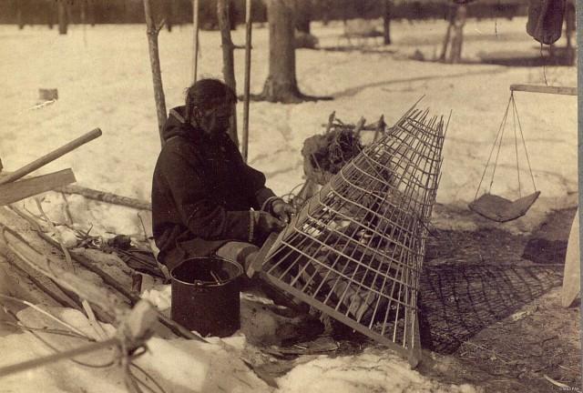 Рыбак за плетением рыбной ловушки «гимги» («морды»). Ханты, Тюменская область, Ханты-Мансийский автономный округ, 1914. Автор И. Н. Шухов