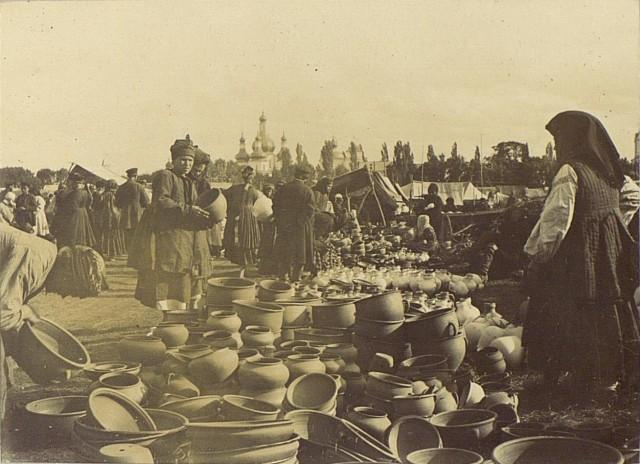 Горшечные ряды на ярмарке. Полтавская губерния, Украина, 1894. Автор С. М. Дудин