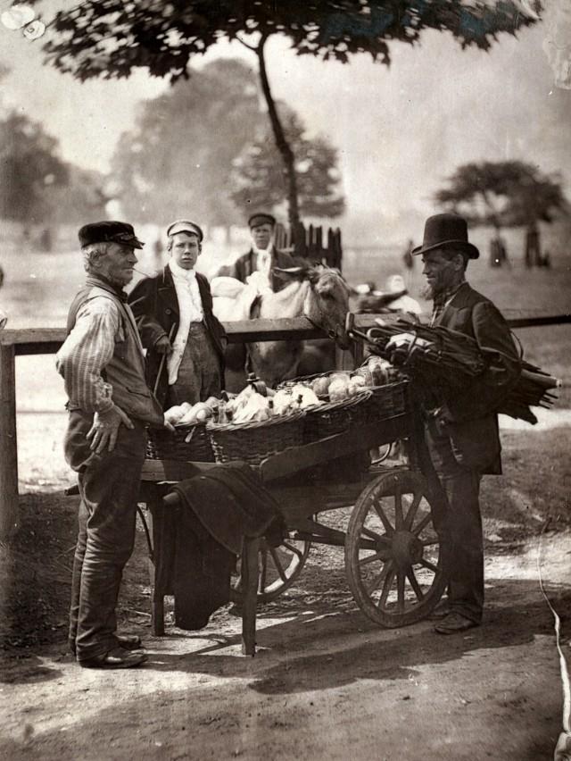 Зонтичный мастер и варщики имбирного пива, 1877. Автор Джон Томпсон