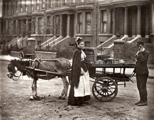 Спелая клубника у уличной торговки, 1877. Автор Джон Томпсон