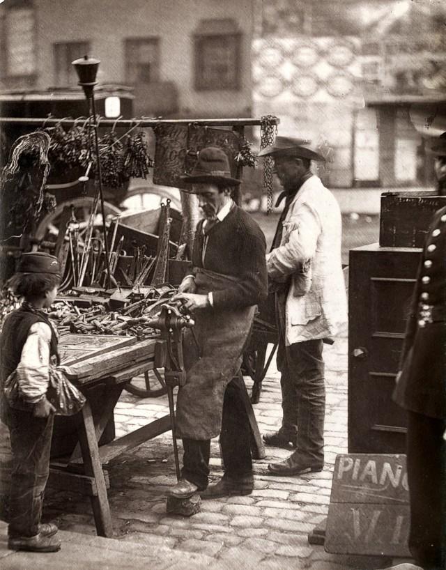 Уличный слесарь, 1877. Автор Джон Томпсон