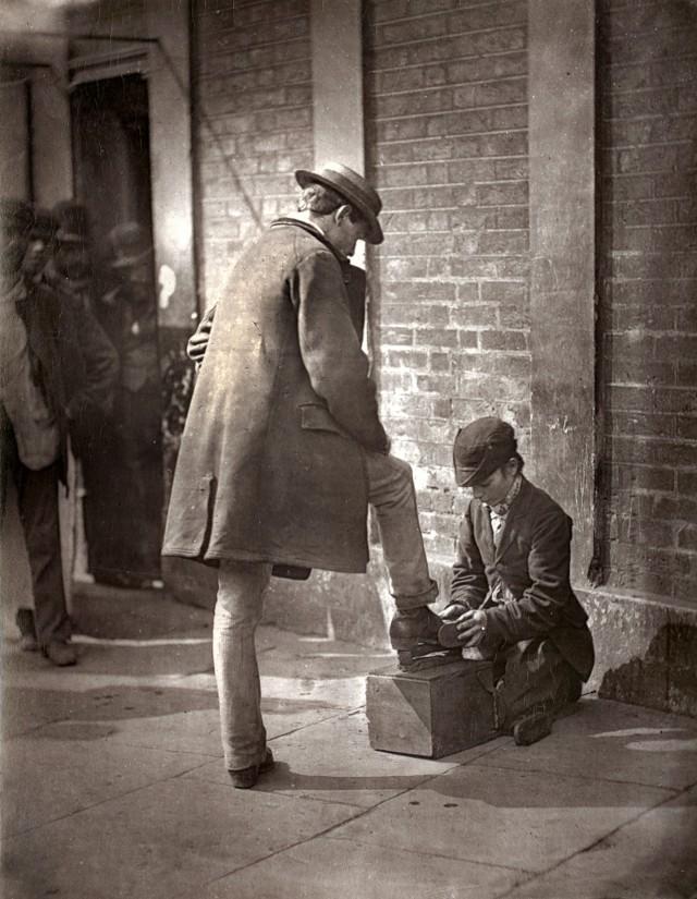 Независимый гуталинщик, 1877. Автор Джон Томпсон