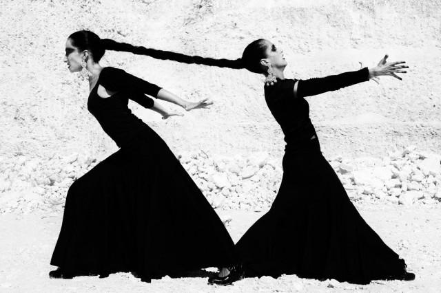 Кармен Иньеста и Аранча Ромеро Гарсия, Севилья, Испания, 2007. Из книги «Mil Besos». Автор Рувен Афанадор