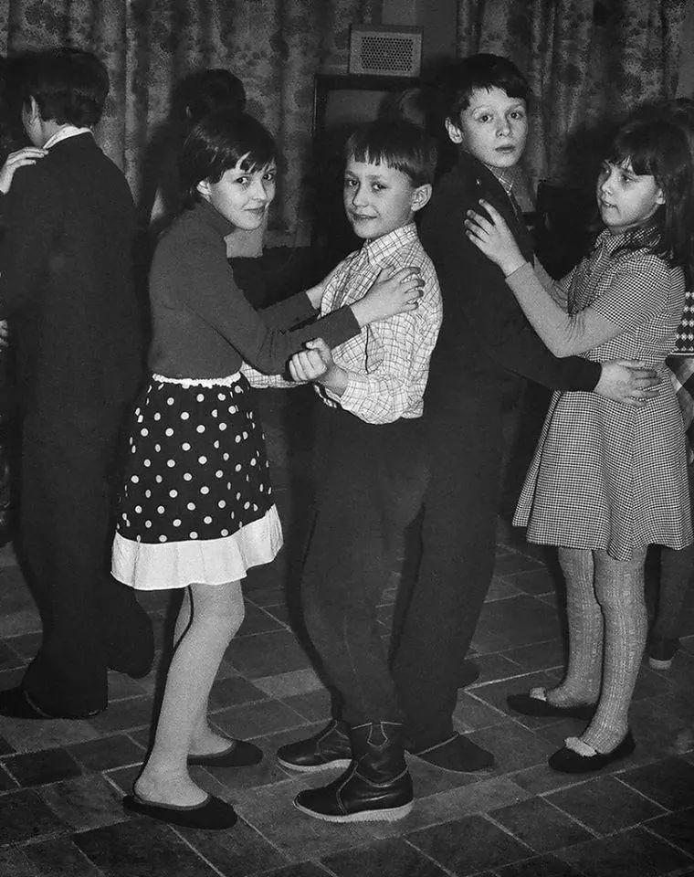 Медленные танцы на школьной дискотеке, 1980-е. Фотограф неизвестен