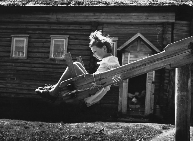 Качели, Кострома, 1981. Фотограф Михаил Голосовский
