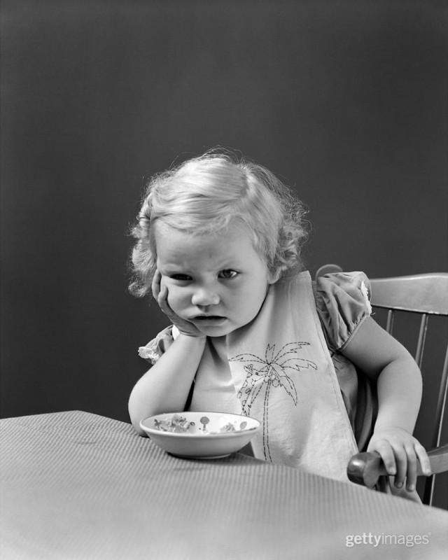 Девочка с тарелкой, 1930. Фотограф Армстронг Робертс