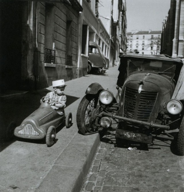 Автомобили. Париж, 1956. Фотограф Робер Дуано