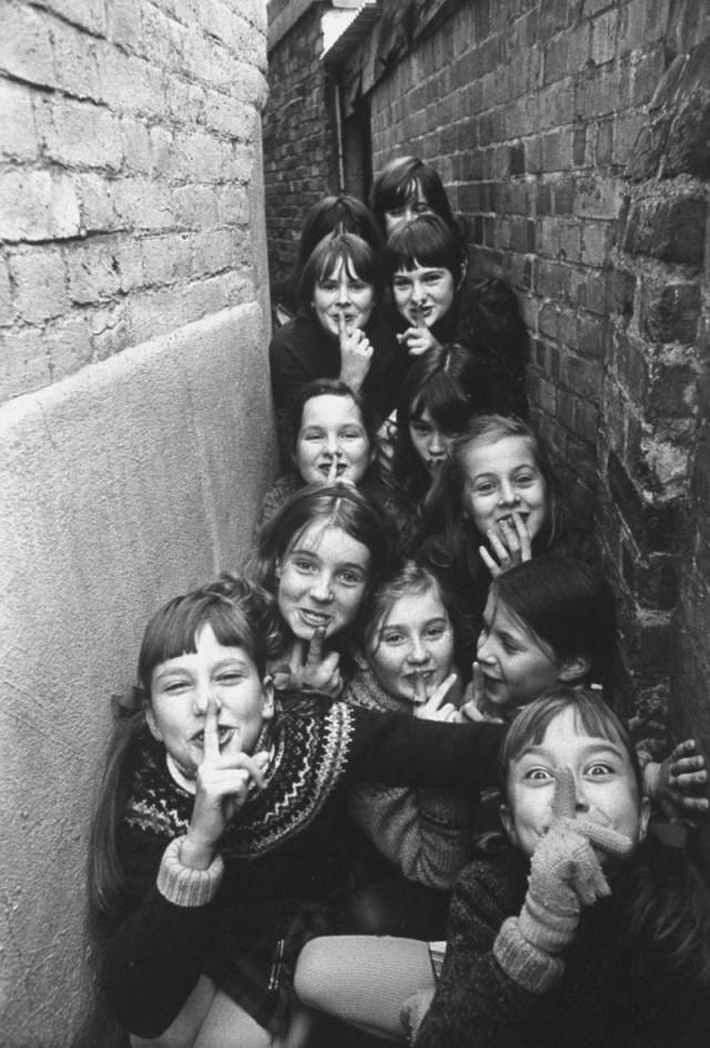Дворовые игры британских детей в пригороде Лондона, 1970. Фотограф Теренс Спенсер