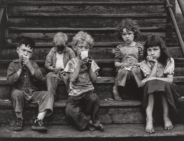 На крыльце, 1951-52. Фотограф Ясухиро Ишимото.