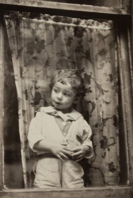 Большой мир за окном, около 1931 года. Фотограф Анри Картье-Брессон