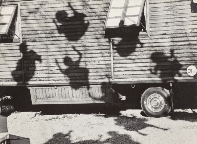 Дети на качелях, Мюнхен, 1963. Фотограф Джон Наар
