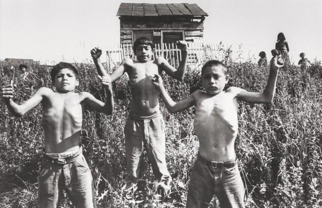 Мальчики хвастают мускулатурой. Жехра, 1967 год. Фотограф Йозеф Куделка