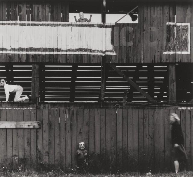 Дети в масках в сарае, 1965. Фотограф Ральф Юджин Митъярд