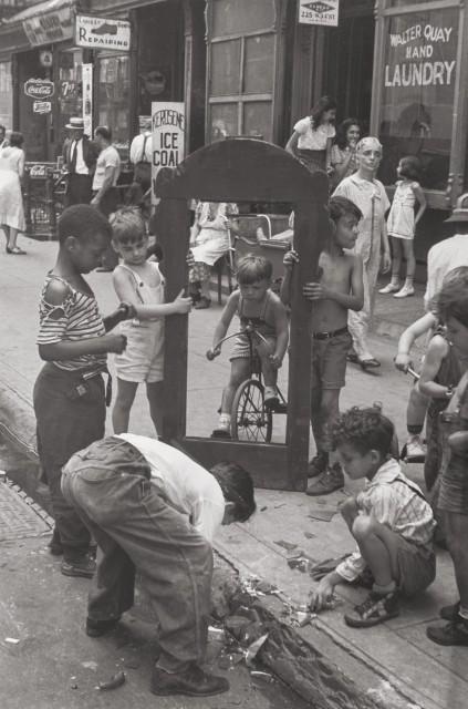 Дети с разбитым зеркалом, Нью-Йорк, около 1940 г. Фотограф Элен Левитт