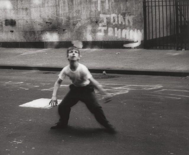 Игрок в стикбол, Нью-Йорк, 1954. Фотограф Уильям Кляйн