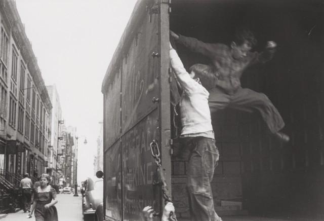 Мальчики выпрыгивают из грузовика, Нью-Йорк, 1940. Фотограф Элен Левитт