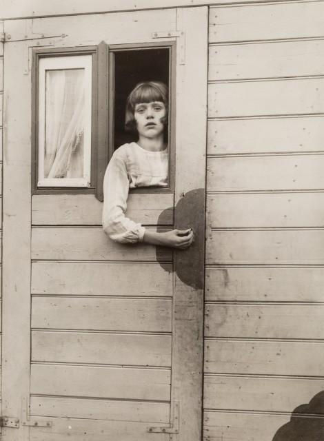Девочка в цирковом фургоне, около 1925 года. Фотограф Август Зандер