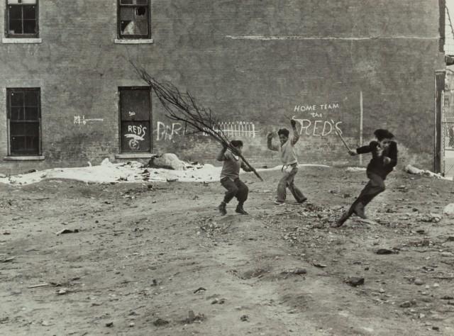 Мальчишки в Нью-Йорке, 1939 год. Фотограф Элен Левитт