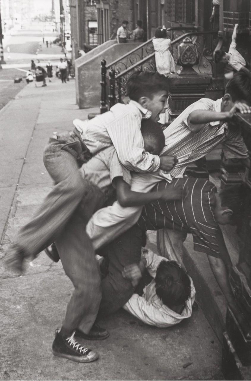 На улице в Нью-Йорке, 1942. Фотограф Элен Левитт