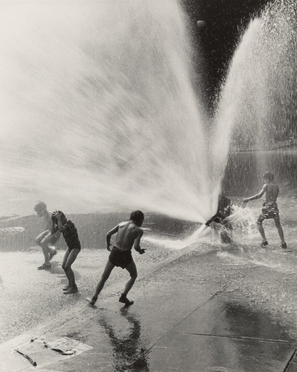У пожарного гидранта, 1948. Фотограф Фриц Нойгасс