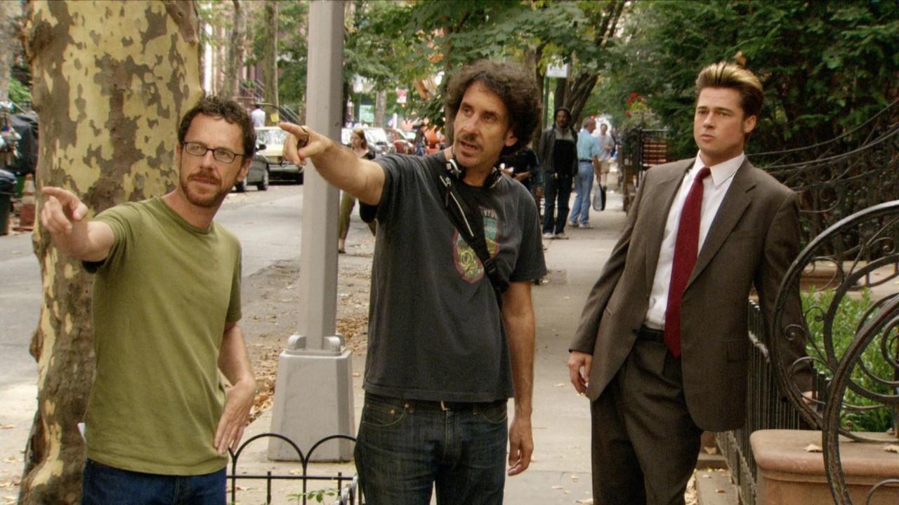 Братья Коэн и Брэд Питт на съёмках фильма «После прочтения сжечь», 2008