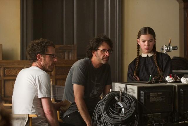 Братья Коэн и Хейли Стейнфилд на съёмках «Железной хватки», 2010
